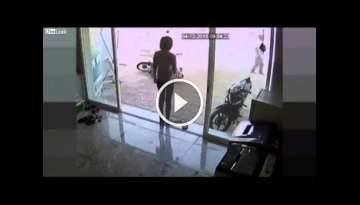 LiveLeak - The thief was kicked by the owner of motorbike